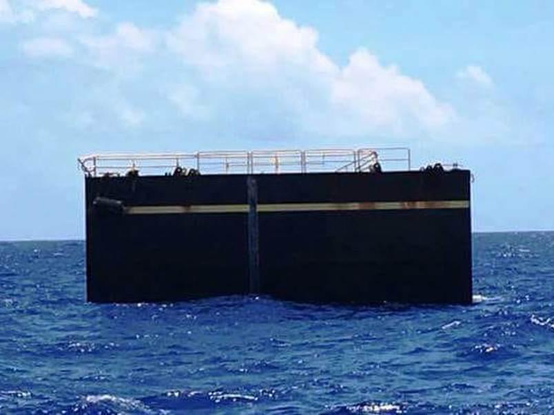 Trozo del dique pintado de negro que apareció flotando en aguas del Triángulo de las Bermudas