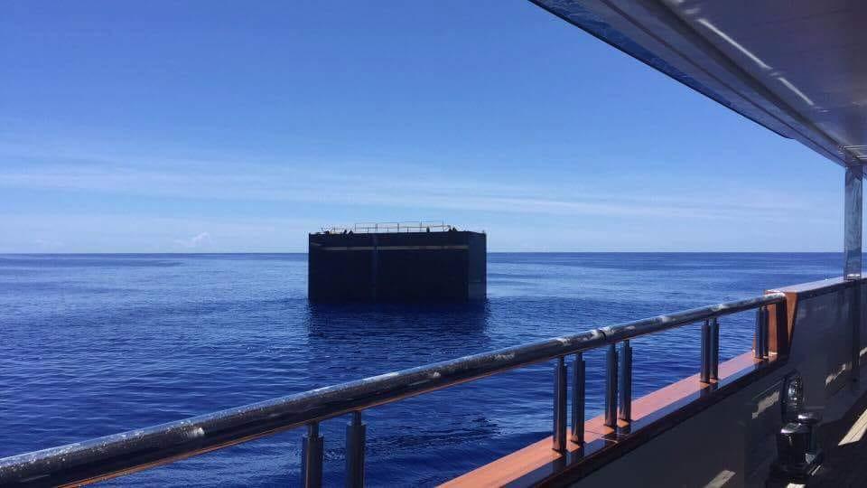 El trozo a flote, visto desde la cubierta del barco que lo encontró