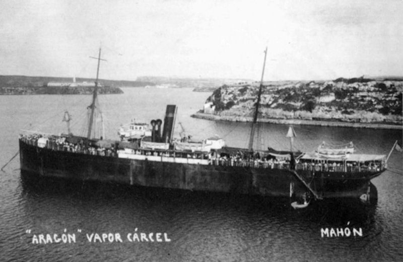 """El buque """"Aragón"""", convertido en prisión flotante en Mahón"""