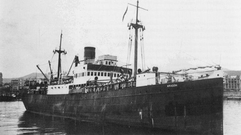 """El buque """"Aragón"""" maniobra para atracar en el puerto de Santa Cruz de Tenerife"""