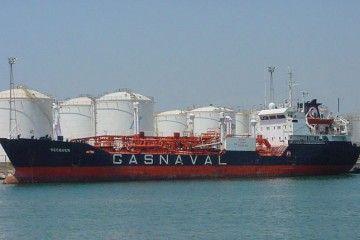 """El buque gasero """"Bécquer"""", en la terminal de la refinería de Tarragona"""