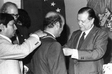 """Rafael Caldera impone la Orden """"Andrés Bello"""" al doctor Alberto de Armas García"""
