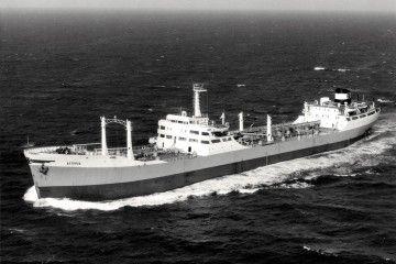 """El petrolero """"Astorga"""", en lastre, navegando por el canal de La Mancha"""