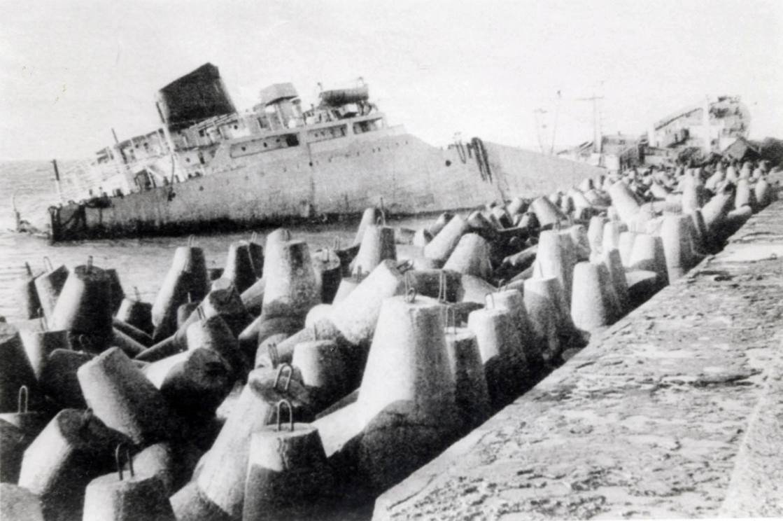 """Triste final del petrolero """"Globe Asimi"""", empotrado y partido en tres trozos en el puerto de Klaipeda"""
