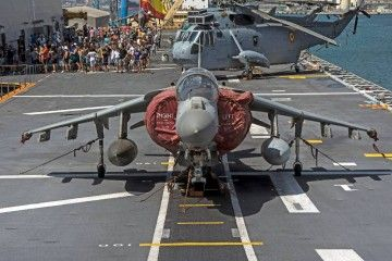 Avión de combate Harrier visto de morro en la cubierta de vuelo