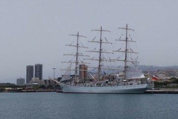 """El buque-escuela polaco """"Dar Mlodziezy"""", atracado en la Dársena de Los Llanos"""