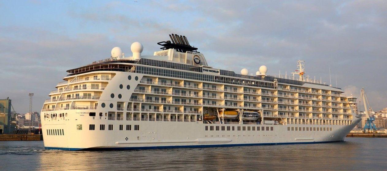 """El buque """"The World"""", a su llegada ayer al puerto de A Coruña"""