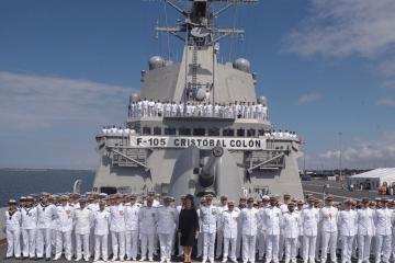 Foto de familia de la madrina y la dotación del buque