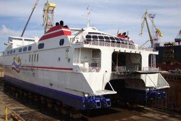 """El catamarán """"Virgen del Valle II"""", en el dique seco de DIANCA, en labores de mantenimiento"""