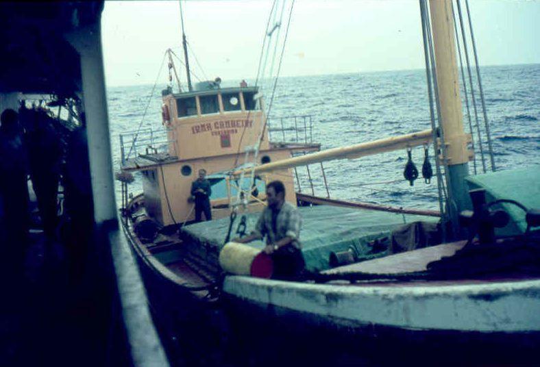 """El motovelero """"Irma Cambeiro"""", al abarloarse al costado del buque """"Esla"""""""