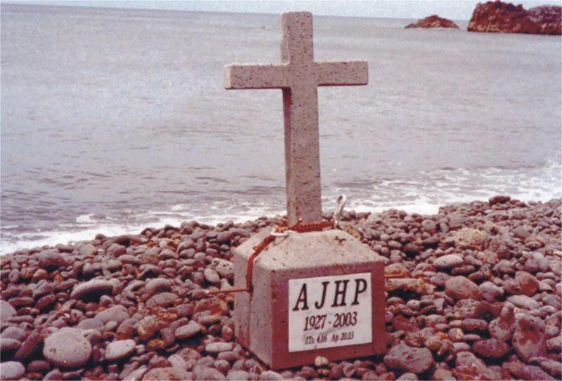 Esta cruz de piedra volcánica, con las iniciales AJHP, reposa en el fondo marino de Fuencaliente de La Palma