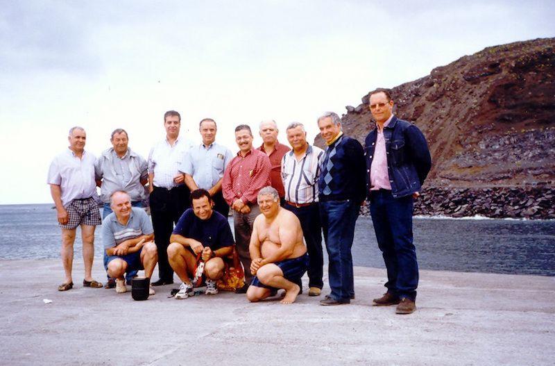Grupo de amigos que acudieron a esparcir sus cenizas en aguas de Fuencaliente