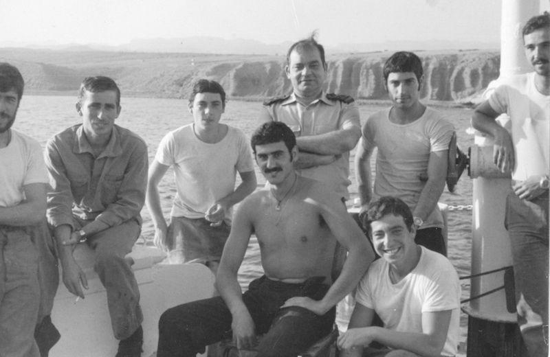 """Con un grupo de marineros en tiempo de descanso, a bordo del buque """"Cástor"""""""