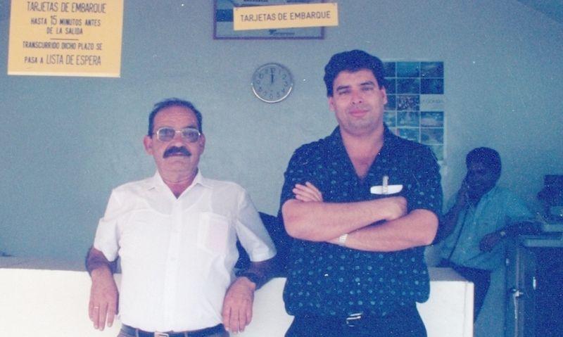 Ángel Jaime Hernández de Paz y quien suscribe, paisanos y magníficos amigos, en la oficina de Trasmediterránea en Los Cristianos