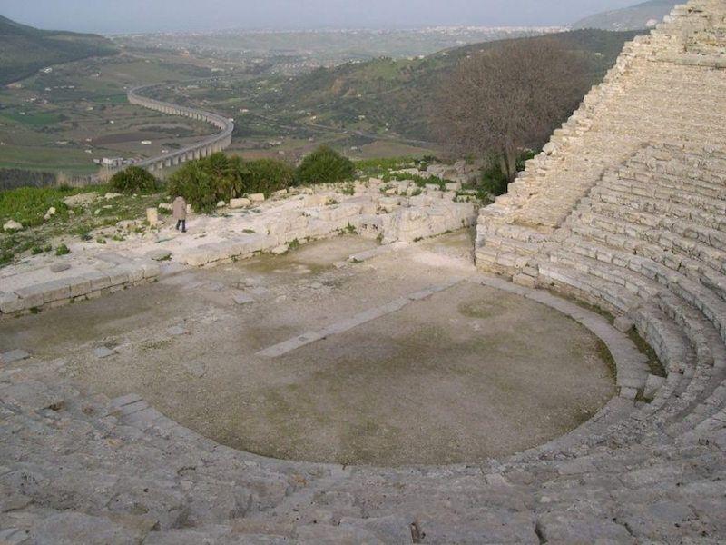 Vista parcial del teatro griego de Segesta