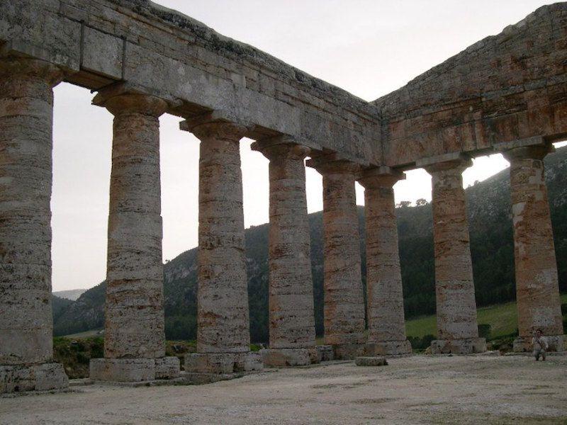 Las columnas carecen de las estrías que caracterizan el orden dórico