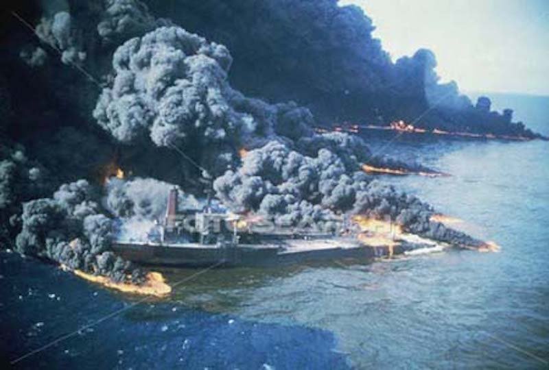 """Impresionante imagen del incendio desatado a bordo del petrolero """"Castillo de Bellver"""""""