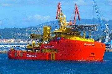 """El SOV """"Edda Mistral"""", en aguas del puerto de El Musel"""