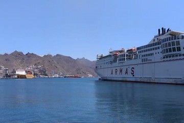 """El ferry """"Volcán del Teide"""", atracado ayer en el puerto de Santa Cruz de Tenerife"""