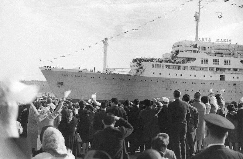 """Llegada triunfal del """"Santa María"""" al puerto de Lisboa"""