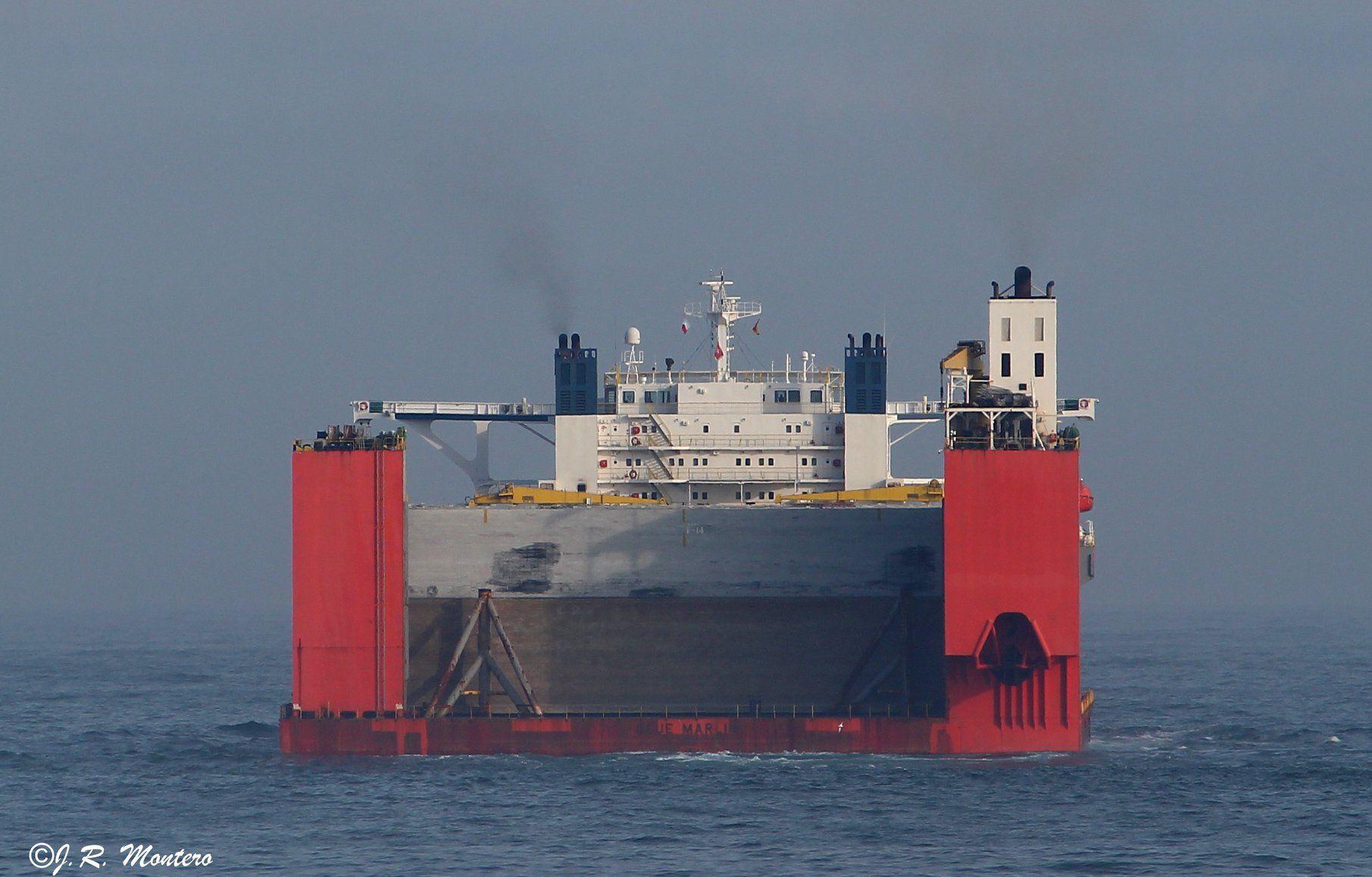 Vista de popa del buque, mientras enfila la salida de Punta Langosteira