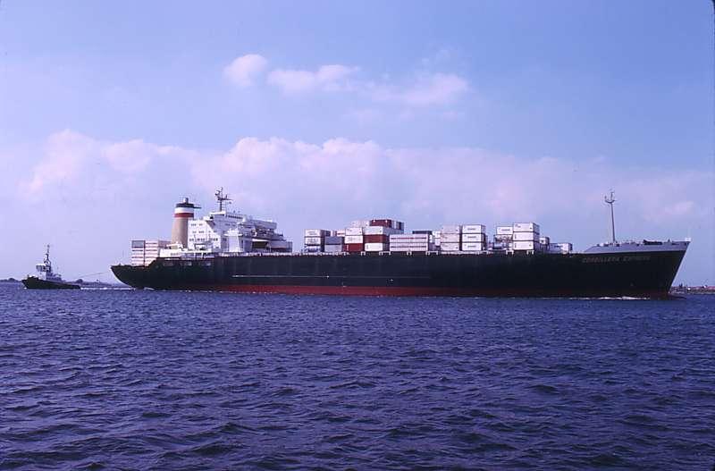 """El buque alemán """"Cordillera Express"""", visto en toda su eslora por la banda de estribor"""