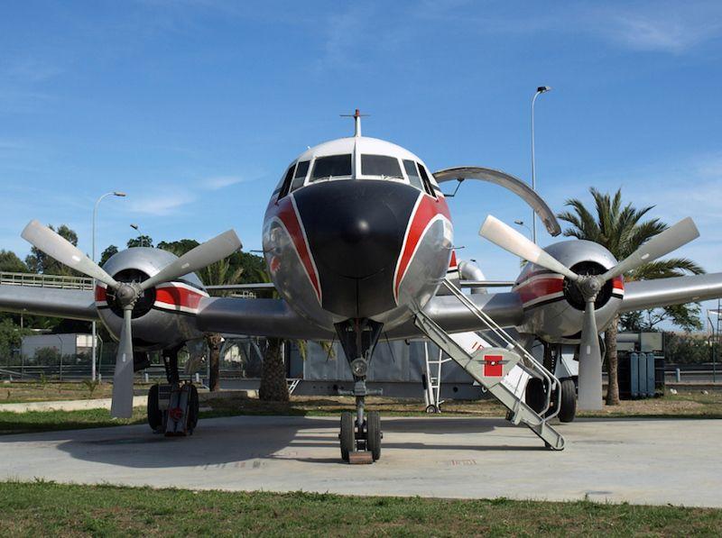 El histórico avión, impecable, visto de frente