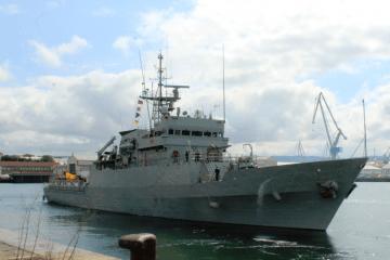 """El patrullero de altura """"Centinela"""", en la maniobra de salida del arsenal de Ferrol"""