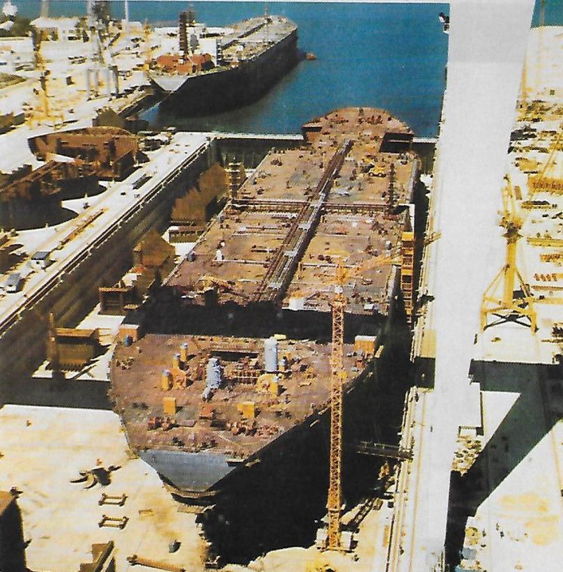 """Los petroleros """"Castillo de Tamarit"""" y """"Castillo de Salvatierra"""", en fase de construcción y armamento a flote"""