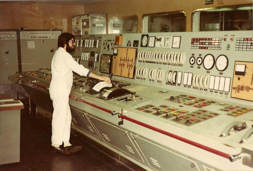 Antonio Caamaño Bouzas, ante la consola de control de la sala de máquinas