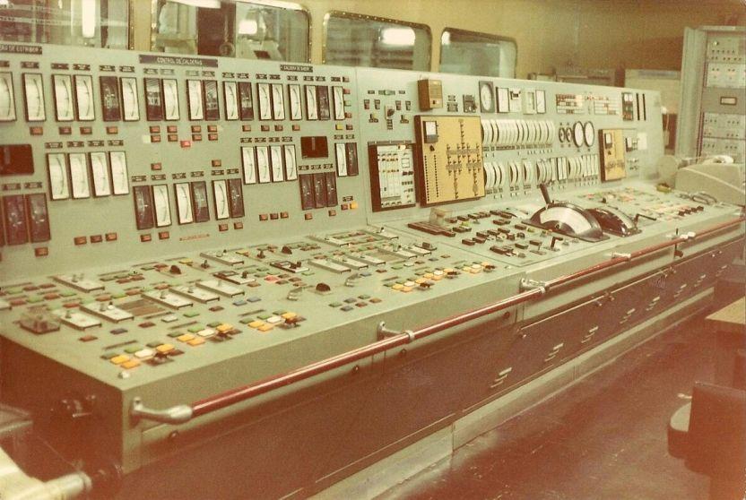 Panorámica de la consola de control de la sala de máquinas