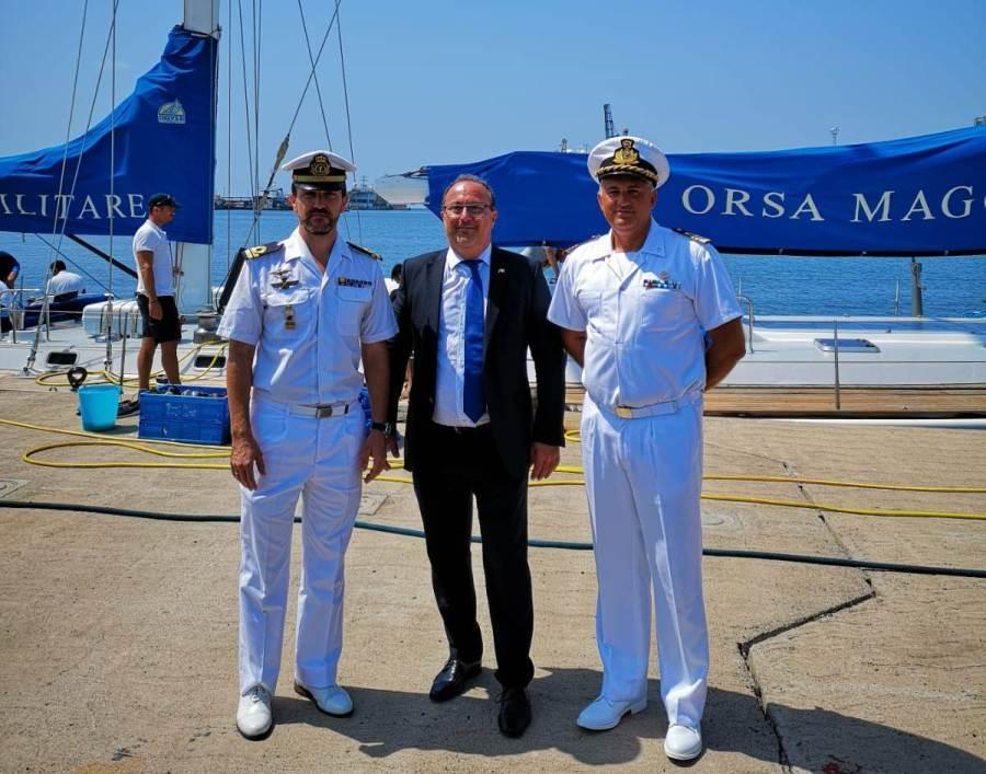 De izquierda a derecha, TN Carlos Fernández, cónsul Silvio Pelizolo y CF Marco Zanet