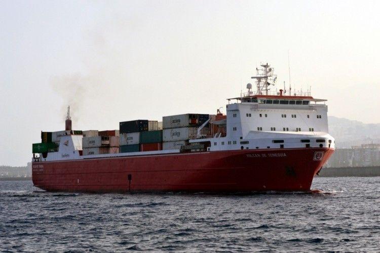 """El buque """"Volcán de Teneguía"""" está siendo remolcado a Las Palmas"""