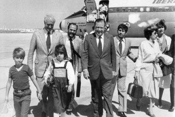 El ex presidente Rafael Caldera y acompañantes, a su llegada el 2 de agosto de 1980 al aeropuerto de Lanzarote