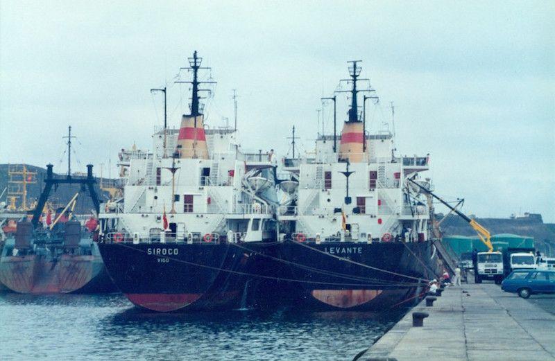 """Los buques """"Siroco"""" y """"Levante"""", abarloados y en venta en el puerto de Las Palmas"""