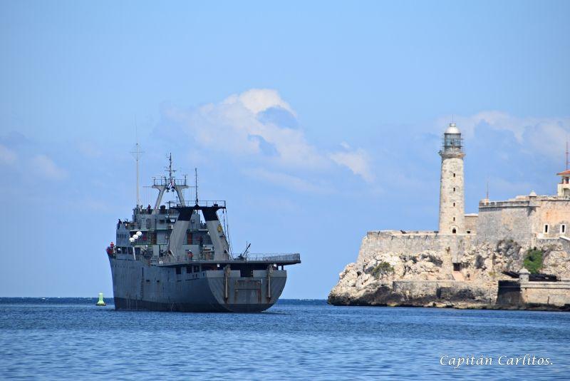 El faro del castillo del morro de La Habana presencia la salida de uno de los patrulleros