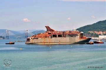 """El ferry """"Villa de Teror"""", en junio pasado, camino del dique flotante de Metalships para el pintado exterior"""