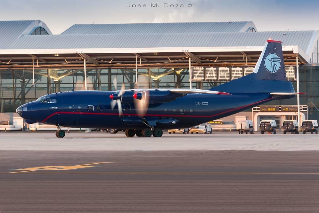 El avión Antonov An12BP de Ukraine Air Alliance (UR-CZZ), en el aeropuerto de Zaragoza
