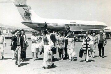 """Un grupo de pasajeros tras desembarcar del DC-9 de Iberia """"Ciudad de Almería"""""""