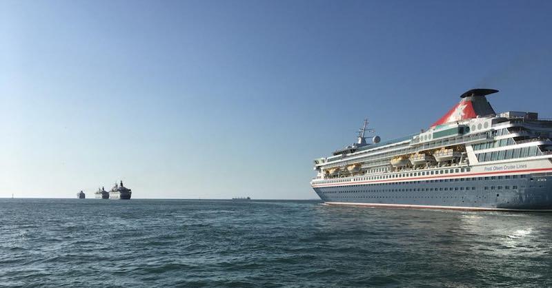 Los cuatro buques, en la maniobra de salida de la bahía de Cádiz