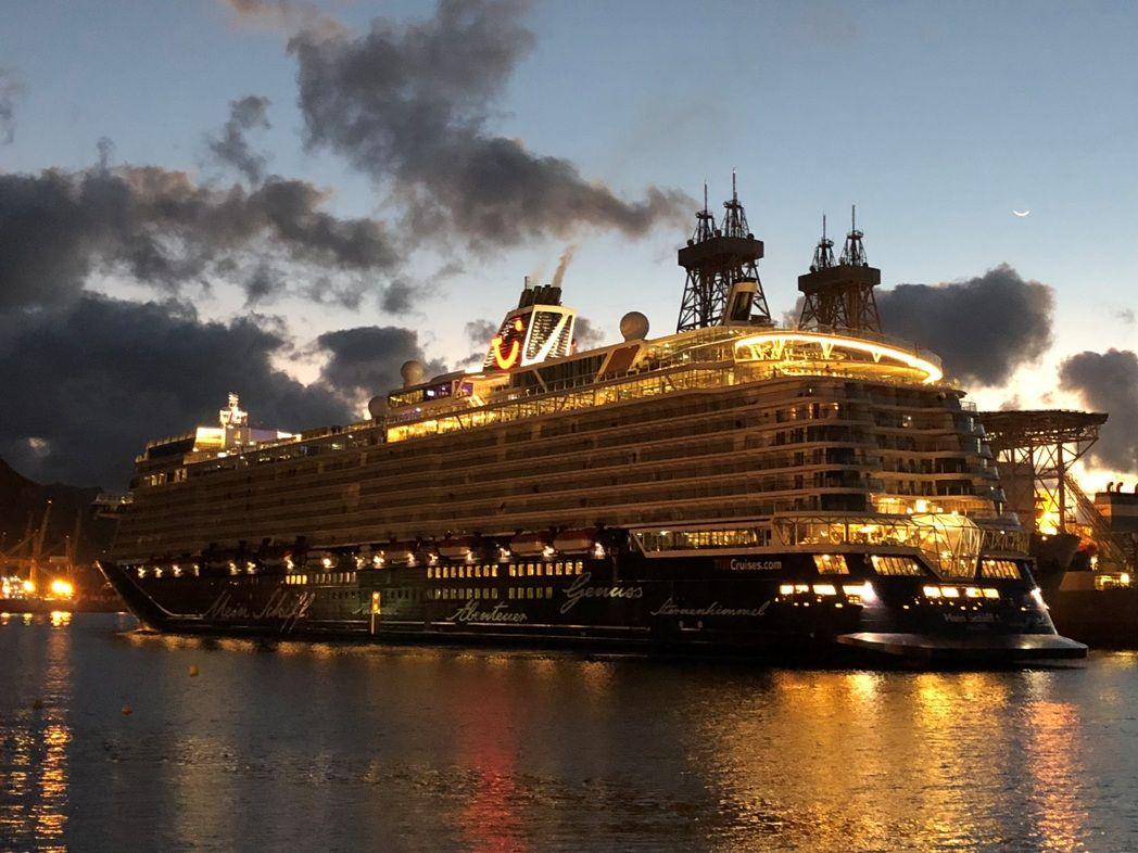 Con las primeras luces del nuevo día, el buque estaba de maniobra