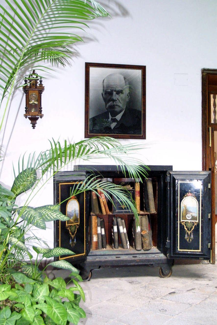 Una foto de Juan Cabrera Martín, en gran formato, preside el patio de la Casa Cabrer