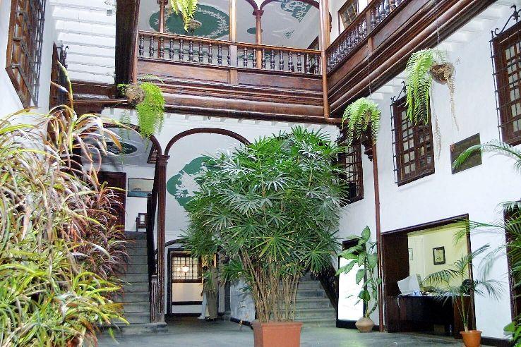 Casa Cabrera. Patio y accesos a la primera planta