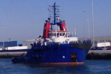 """El remolcador """"VB Hispania"""", en aguas del puerto de Cádiz"""