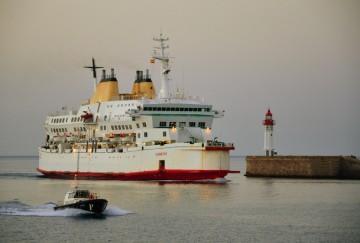"""l ferry """"Sherbatskiy"""", entrando en el puerto de Almería"""