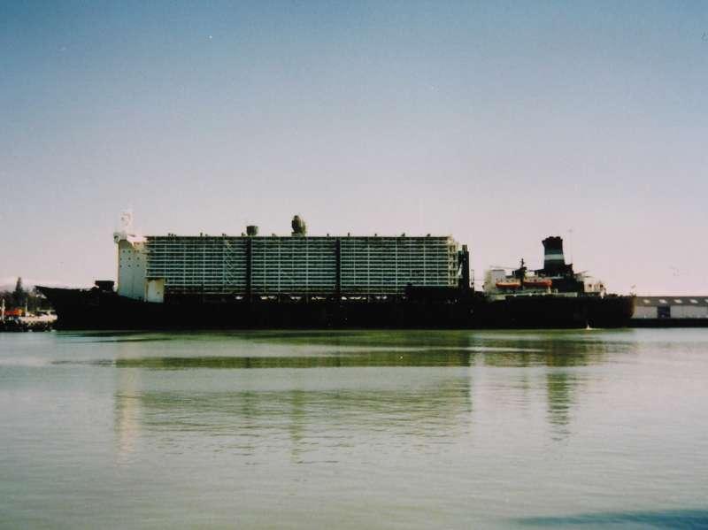 """El buque """"Al Qrain"""", visto en toda su eslora por la banda de babor"""