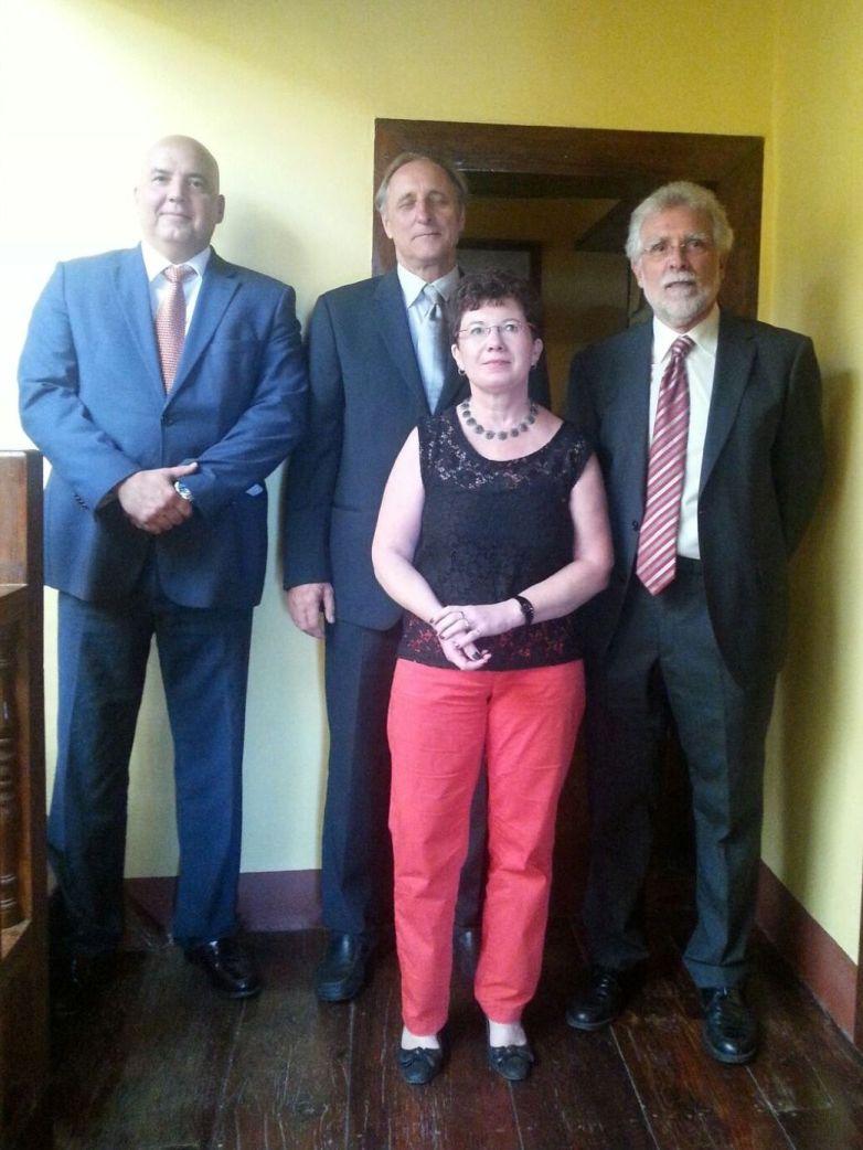 La cónsul Judith Elisa Metz junto a los cónsules Juan Manuel Guillén Díaz (derecha), Ángel Hernández Hernández (izquierda) y Roland Mager (centro)