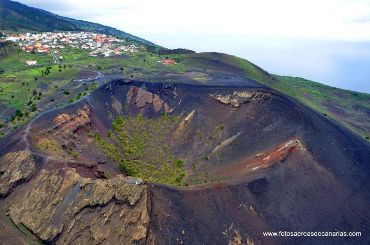 Vista aérea del impresionante cráter del volcán de San Antonio