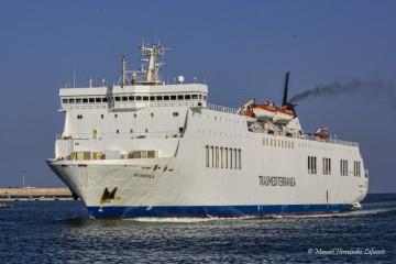 """El ferry """"Scandola"""" maniobrando en el puerto de Valencia"""