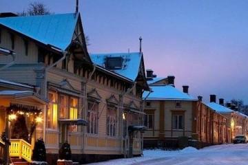 Naantali en invierno. Las casas de madera armonizan en el paisaje